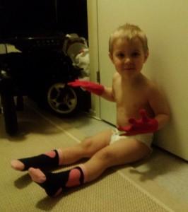 Noah blev i alla fall glad för nya vantar och strumpor!
