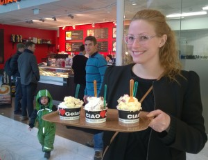 Ingela poserar glatt med våra tre bägare medan Noah ängsligt jagar glassen...