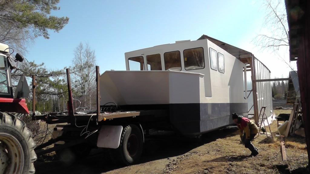 Antons katamaran har byggts upp i en liten båthall på hans föräldrars gård, här lämnar den för första gången sitt trygga bo.