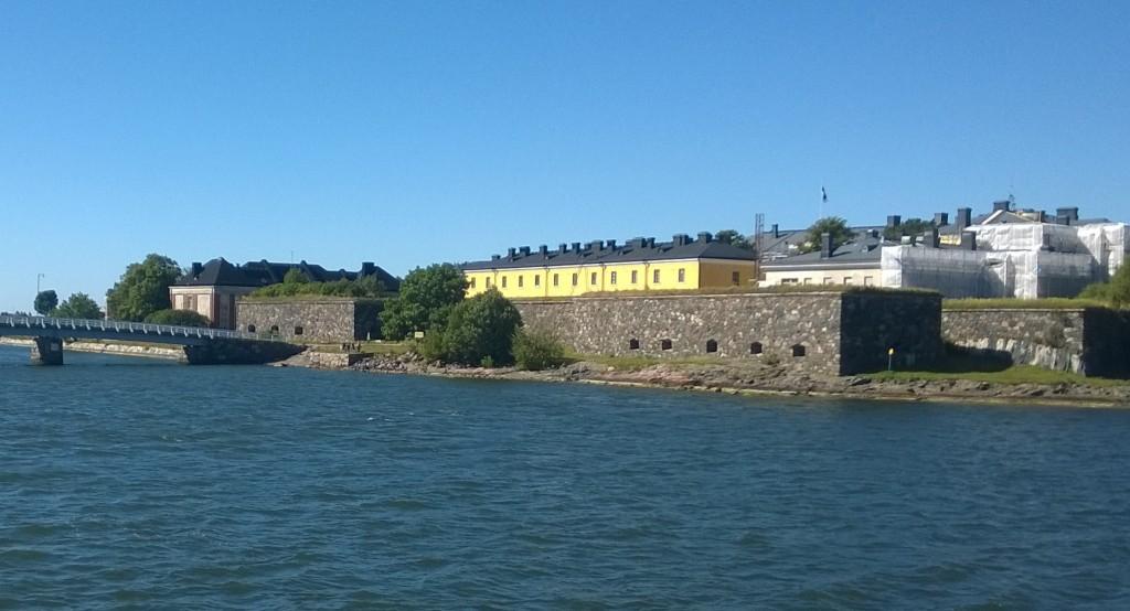 Här skymtar en del av Sveaborgs fästning från båten som dagligen går från Helsingfors centrum.
